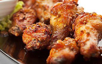 1kg pečených pikantních kuřecích křídel se zeleninovou miskou a chlebem za lákavých 98 Kč!