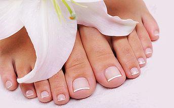 Pedikúra s lakováním nehtů ZDARMA. Připravte své nožky na jarní boty - nestyďte se ukázat sexy nohy v sandálech!