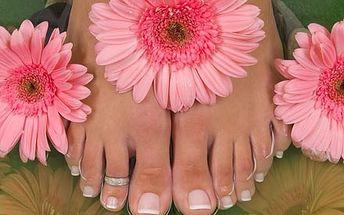 Wellness pedikúra včetně peelingu, masáže nohou, s...
