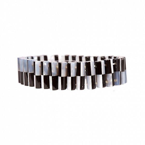 Dámsky čierno-biely perlový náramok Arla s motívom šachovnice