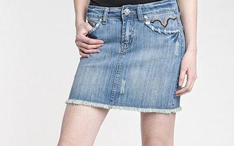 Džínová sukně s roztřepeným lemem