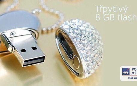Třpytivý 8 GBflash disk v barvě stříbra a posázený třpytivými kamínky je praktickým a zároveň vkusným pomocníkem. Uchovávejte a přenášejte data v exkluzivním šperku ve tvaru srdce!