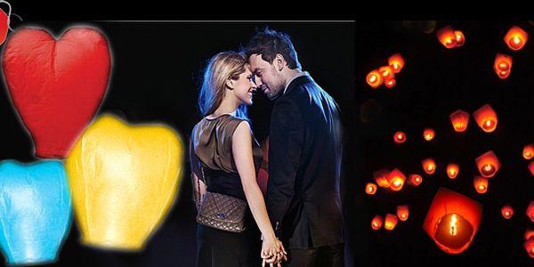 Létající LAMPIONY různých barev i ve tvaru srdce pro zpestření dne, narozeninové párty či výročí se slevou až 59 %: Vyberte si z nabídky lampionů, buď sadu 12 ks v barvě červené, fialové, zelené, modré či žluté NEBO set 5 ks lampionů ve tvaru srdce.