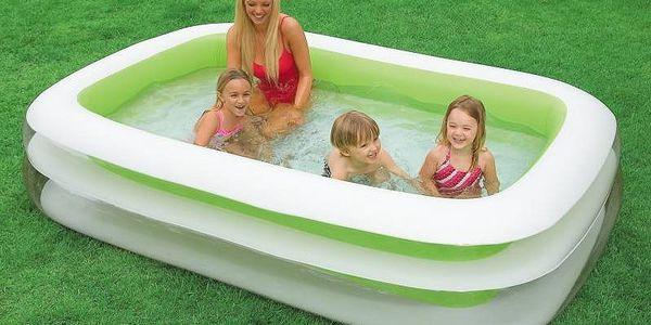Zelený rodinný bazén Intex ve tvaru obdelníku.