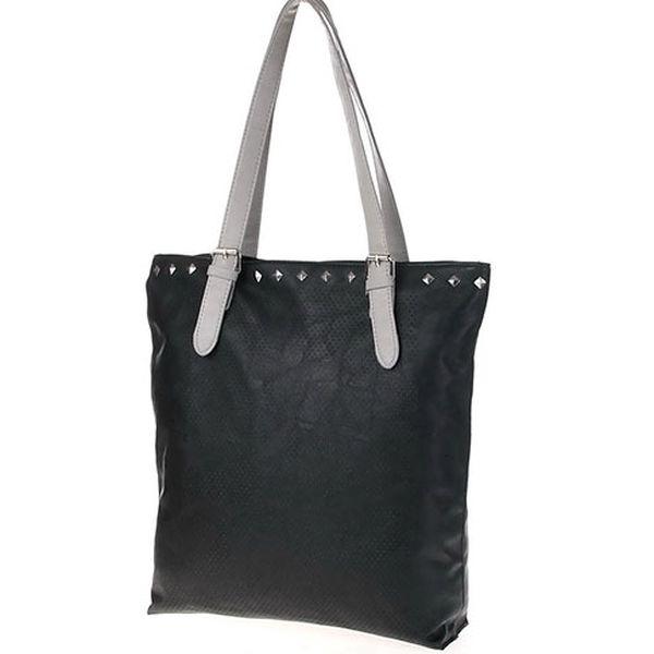 Černá taška s kovovými cvoky