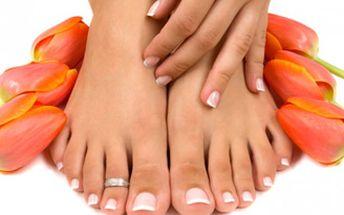 Gelová modeláž nehtů na nohou včetně lakování nebo francouzské manikúry.