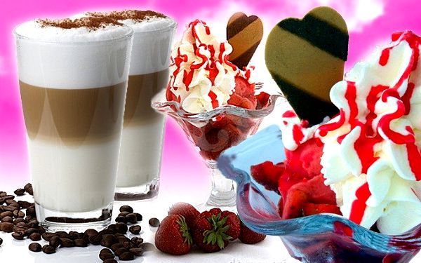 Dva zmrzlinové poháry s ovocem a dvě kávy Latté v restauraci U ztracených klíčů