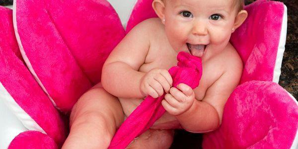 Koupací podložka BloomingBath, růžová chytře nahrazuje tvrdé plastové sedačky do vany.