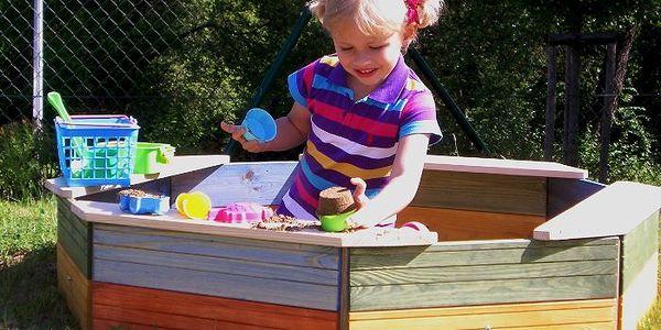 Woody pískoviště dřevěné - barevné - II. jakost s ochrannou sítí proti nezvaným návštěvníkům.
