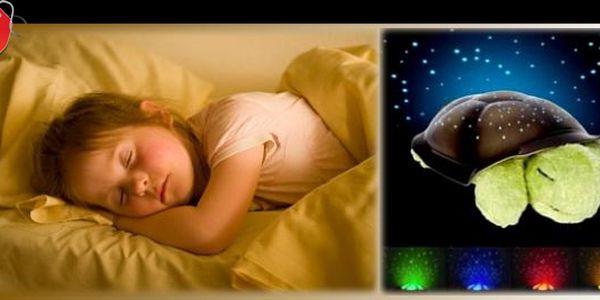 MAGICKÁ ŽELVIČKA, kterou děti milují! Plyšovo-umělohmotná hračka s KOUZELNÝMI SVĚTÝLKY v podobě zářících souhvězdí, která promění každý dětský pokoj ve VESMÍRNÝ RÁJ na zemi. Usínání Vašich dětí se stane radostí! Nakupujte za 195 Kč!