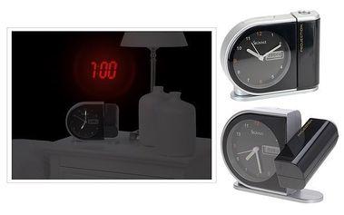 Digitální budík s digitální projekcí aktuálního dne a času.