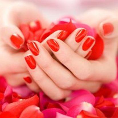 MOKRÁ MANIKÚRA včetně LAKOVÁNÍ, PARAFÍNOVÉHO ZÁBALU a MASKY pro nádherně upravené ruce.