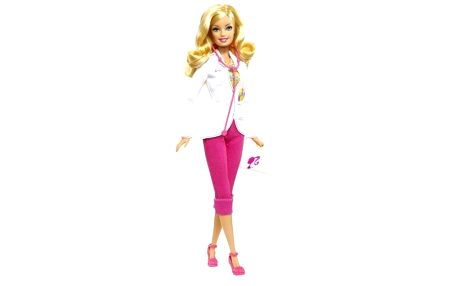 Oblíbená panenka Barbie jako dětská lékařka vbílém plášti a růžových kalhotech.