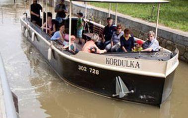 Dvouhodinová plavba po Baťově kanálu na výletní lodi Kordulka! Pravidelné plavby z obce Spytihněv do Uherského Hradiště nebo opačným směrem