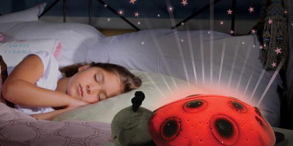 -62%! Úplná novinka! Svítící BERUŠKA vytvoří na zdech dětského pokoje hvězdnou oblohu. Dětem se bude lépe usínat!