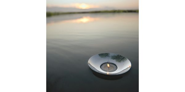 Plovoucí svíčka Shell. Díky své malé hmotnosti dokáže plout na vodní hladině