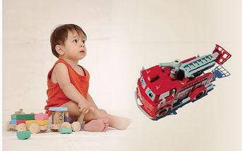 Všechny děti mají rádi hasiče, díky tumto krásnému hasičskému autu za báječných 250 Kč, budou děti štestím bez sebe. Auto při jízdě svítí, vyplazuje jazyk a hýbe očima, navíc vypouští bublinky!