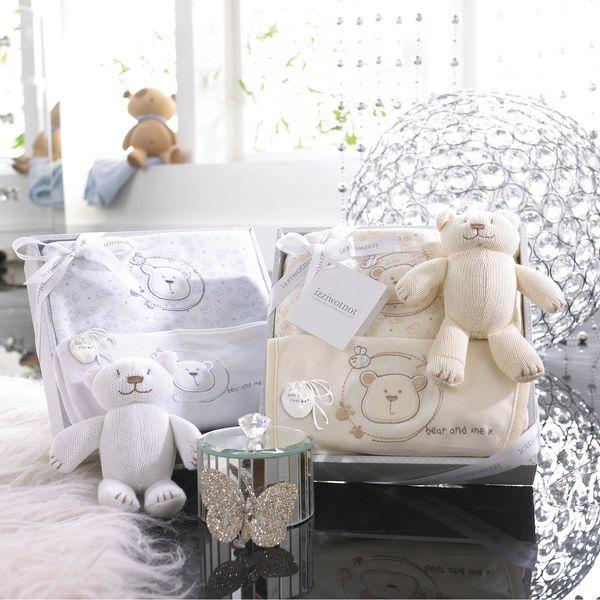 Bílý luxusní dárkový set - 4 ks. Obsahuje body, bryndáček, hračku a malou taštičku
