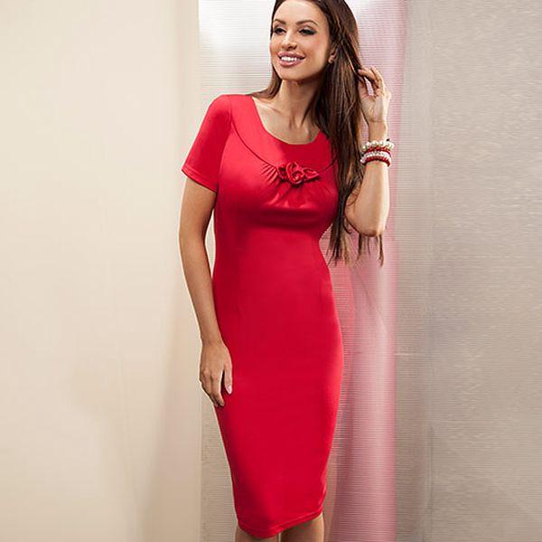 Tmavě červené šaty s plastickou květinou