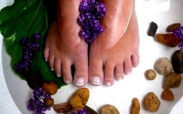 Mějte krásné nožky do sandálů! Kvalitní LÁZEŇSKÁ PEDIKÚRA - spojení relaxace s užitkem. Nyní za bombastických 220 Kč!