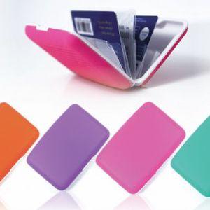 Pouhých 99 Kč za praktické pouzdro na doklady! Díky tomuto velmi lehkému pouzdru budete mít všechny doklady na jednom místě. Utřiďte si všechny doklady a kreditní karty do přihrádek! Už žádné dlouhé a zmatené lovení v tašce, vybíráte ze 4 barev!