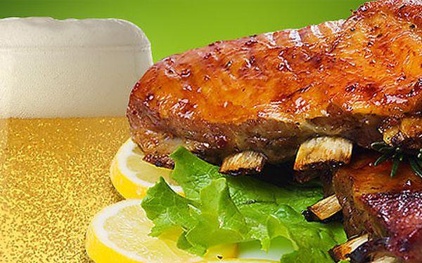 Vepřová žebírka pečená na medu a piva pro DVA. Dobrota pečená na grilu (1 kg), pečivo, hořčice a křen.
