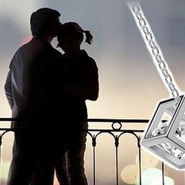 Likvidace-výprodej za 99kč – elegantní šperk ve tvaru kostky s kamínkem Swarovski Elements. Ozdobte se tímto elegantním šperkem, který vás zkrášlí a perfektně padne právě na váš krk.