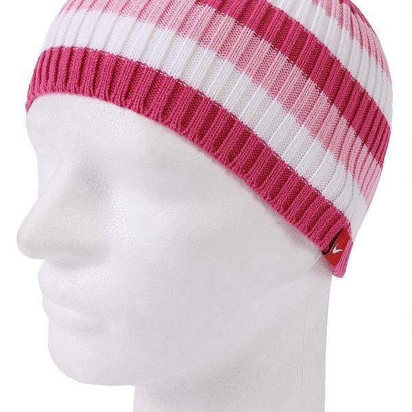 Dívčí zimní čepice Nike v bílo - růžovém pruhovaném designu.