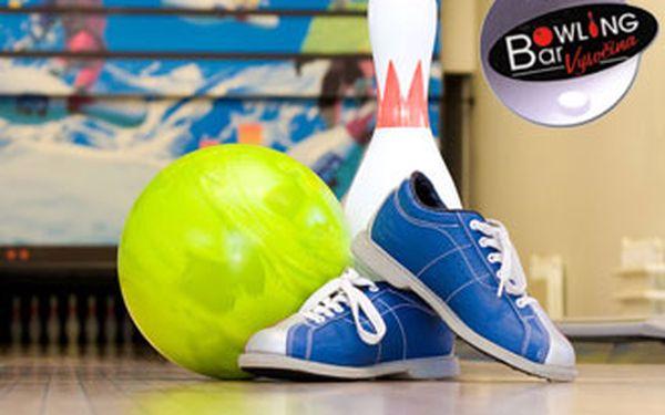 Dvě hodiny bowlingu na jedné dráze nebo hodina na dvou dráhách - zábava až pro 16 lidí.