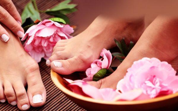 Úžasná mokrá pedikúra s bylinným peelingem, krémem, masáží, lakem nebo zdobením za pouhých 149 kč! Mějte krásné nožky do letních sandálků díky slevě 43%!