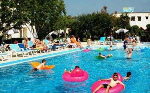 Letecky na řecké Korfu. 7 dní se snídaněmi v krásném hotelu Silever Beach. Garance kvality INVIA.CZ