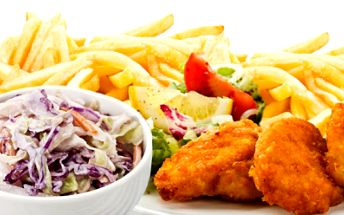 Neodolatelné menu pro DVA! Kilo šťavnatých kuřecích kousků v pikantním obalu, 2x 250 g hranolek + 2x salát coleslaw! To je skvělá večeře za fantastickou cenu 199 Kč!
