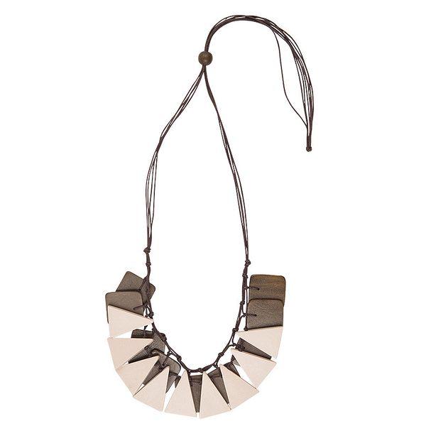 Bíly náhrdelník Indian vyroben pouze z přírodních materiálů, od berlínské designérky