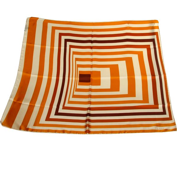 Elegantní hedvábný šátek Gianfranco Ferré v příjemné kombinaci oranžové a hnědé barvy. Dodáván v dárkovém pouzdru.