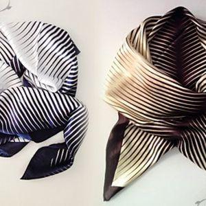 Krásný saténový šátek ve dvou barevných provedeních! Vhodný do podzimního počasí, šátek navíc originálně ozdobí každý outfit.