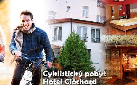 3dennícyklistický pobyt v hotelu Clochard pro dvě osoby s polopenzí. Kola, cyklistická brožura s mapkami a pití pro cyklisty zdarma! Užijte si podzim na kole v krásném prostředí poblíž Kamencového jezera s možností až 8 cyklo-výletů po úpatí Krušných hor!