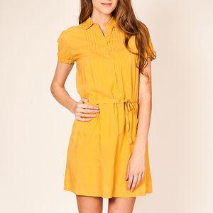 Žluté šaty s krátkým rukávem