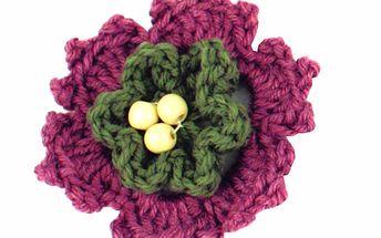 Krásná růžová brož květina oživí každý kousek oblečení