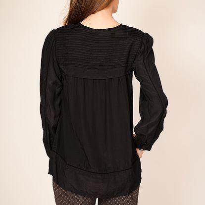 Černá tunika se skvěle hodí k džínám nebo sukni