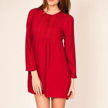 Červené šaty s dlouhým rukávem
