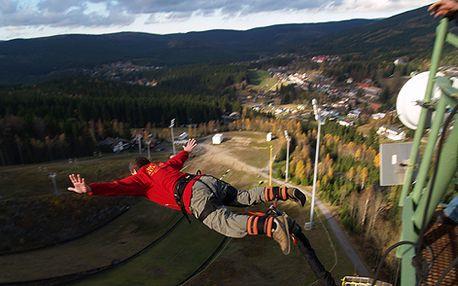 Freestylová bomba: Bungee Jumping z televizní věže v Harrachově! Unikátní dárek s platností do června 2014, skočte si se snowboardem nebo na bigfootech