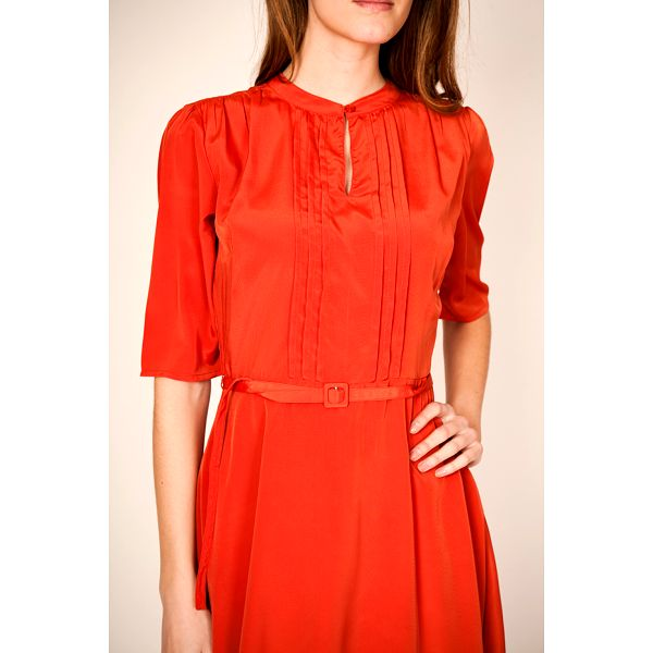 Oranžové šaty z lesklého materiálu