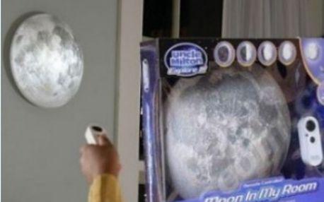 Lampa ve tvaru měsíce - příjemné tlumené osvětlení kopírující jednotlivé fáze měsíce.