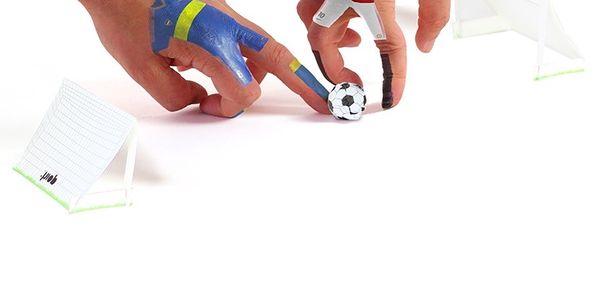 Finger Ball - Taky jste hráli improvizovaný prstový fotbal ve školní lavici?