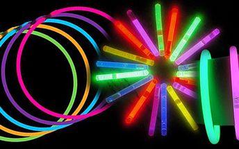Super nabídka za úžasnou cenu! 100 kusů různobarevných svítících náramků za úžasnou cenu! Pouhých 132 Kč !! Vhodné na jakékoli party a oslavy!