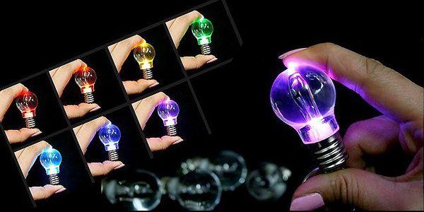 Štýlový prívesok na kľúče v tvare žiarovky s LED diódami s meniacimi sa siedmimi farbami!