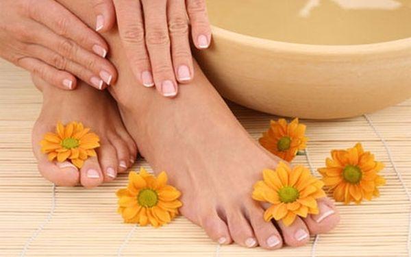 Profesionální kombinovaná pedikúra. Solná lázeň, relaxační masáž chodidel a kompletní péče pro vaše krásné nohy za 155,-Kč