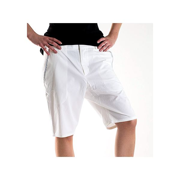 Bílé kalhoty ke kolenům
