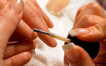 Královská manikúra s aromaterapií, masáží rukou a lakováním za fantastických 120 Kč!