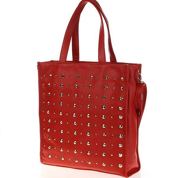 Červená kabelka s cvoky